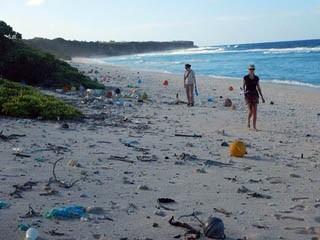 На острове в Тихом океане нашли 18 тонн мусора